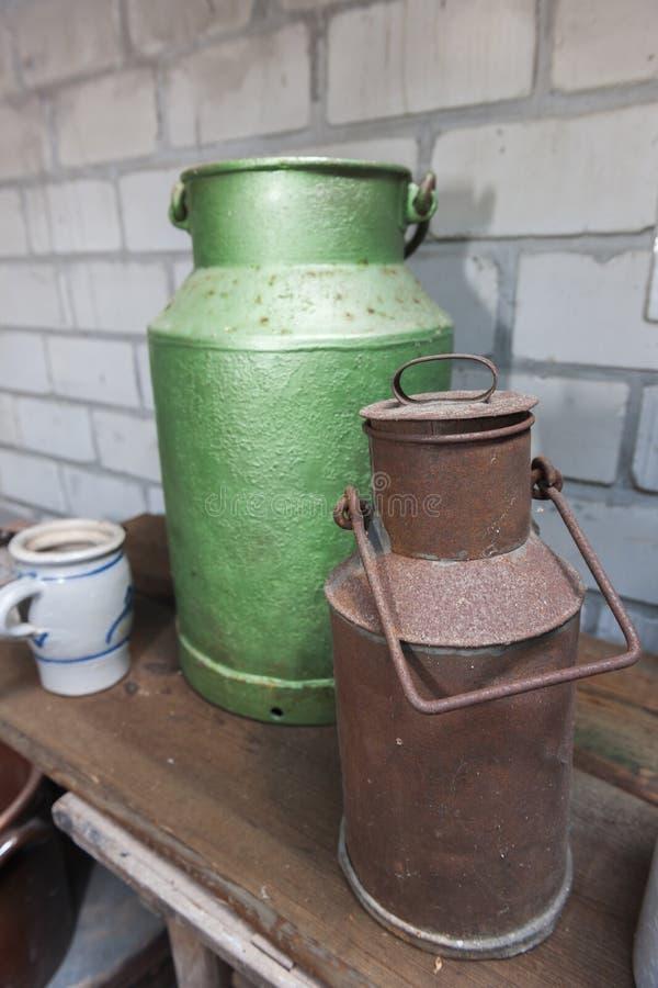Batedeiras de leite verdes e oxidadas imagens de stock