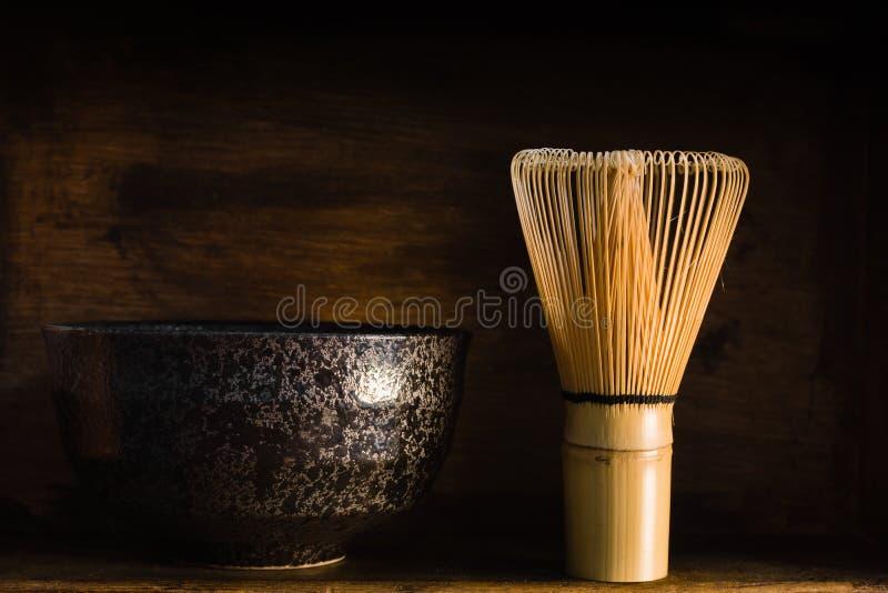Batedor de ovos e bacia do chá de Matcha do japonês fotos de stock royalty free