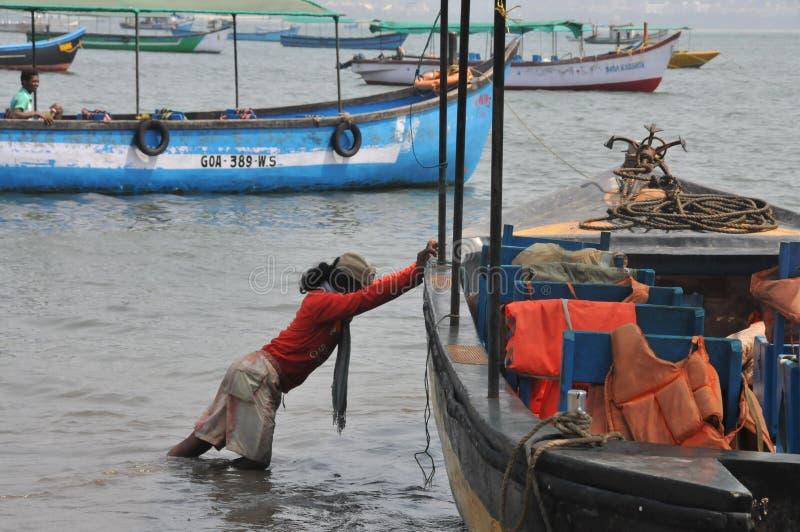 Batelier poussant le bateau pour commencer son jour pour prendre les voyageurs photo stock