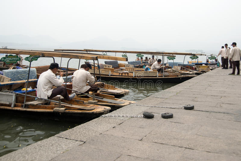 Bateliers sur le Xihu (lac occidental), Hangzhou, Chine images libres de droits