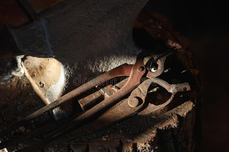 Batente da mão Ferramentas na loja velha do ferreiro fotos de stock