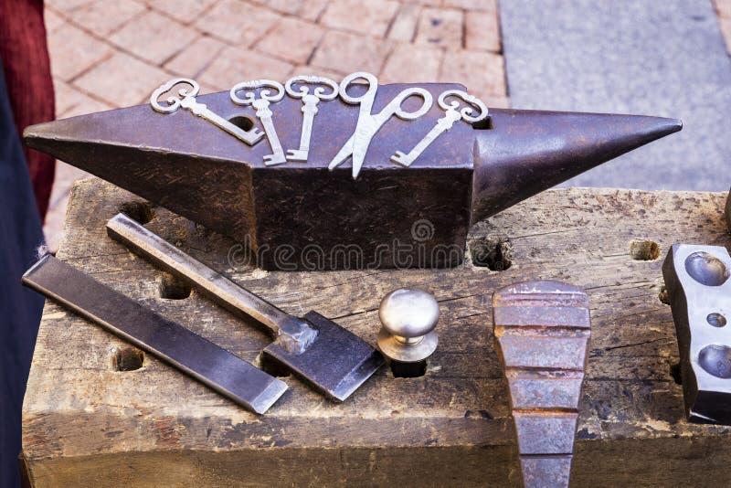 Batente do ferreiro ao lado de suas ferramentas imagem de stock royalty free