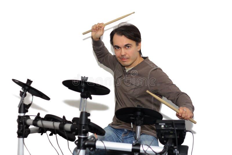Batería bonito que juega los tambores electrónicos Aislado en un CCB blanco imagen de archivo