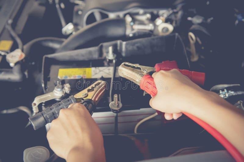 Batería de coche del mantenimiento por el yoursalf foto de archivo