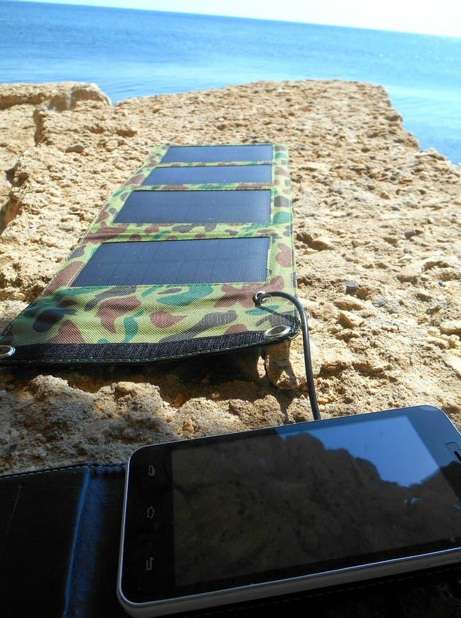 Batería solar en una orilla de mar imagen de archivo