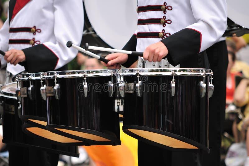 Baterías que juegan los tambores de tenor en desfile foto de archivo