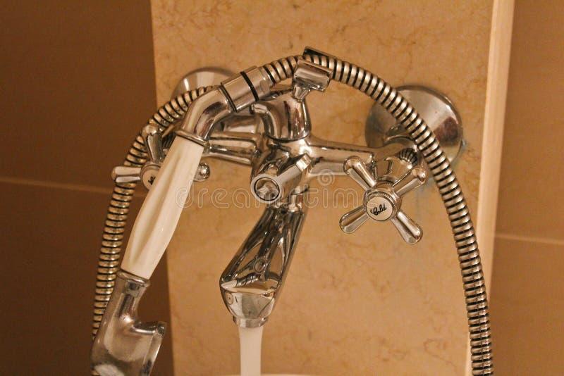 Bateria de aço do banheiro com mármore, foto detalhada imagens de stock