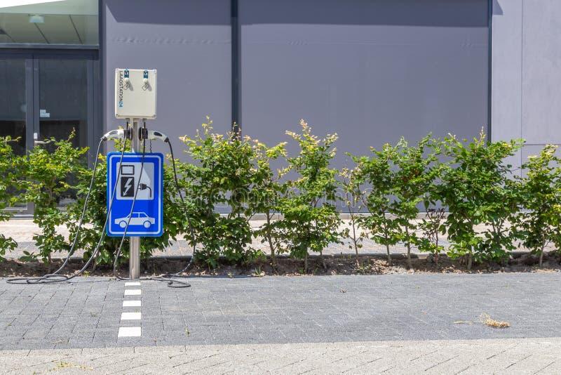 A bateria de carro elétrico holandesa recarrega a estação fotos de stock royalty free