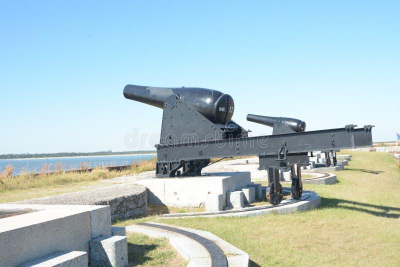 A bateria do canhão do rebitamento do forte guarda o corredor através da entrada fotos de stock royalty free