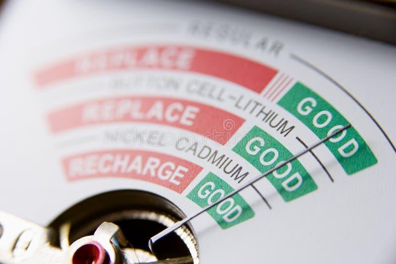 Bateria do mau da leitura de medidor da bateria fotografia de stock royalty free