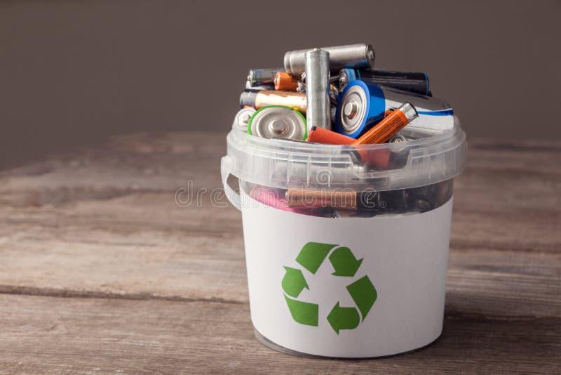 Bateria Przetwarza kosz zdjęcia stock