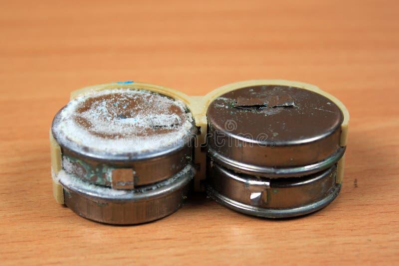 Baterias de cádmio de níquel escapadas e corroídas velhas imagens de stock