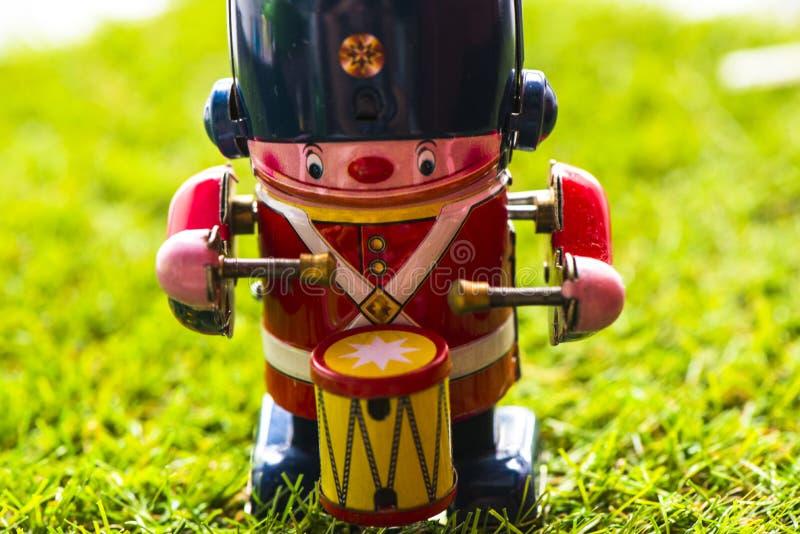 Baterista clássico do brinquedo da lata velha fotografia de stock
