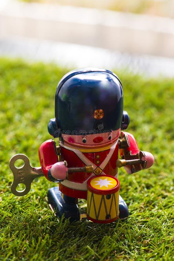 Baterista clássico do brinquedo da lata velha imagem de stock royalty free