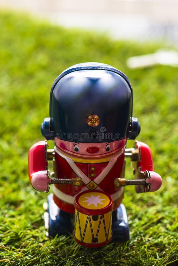 Baterista clássico do brinquedo da lata velha foto de stock