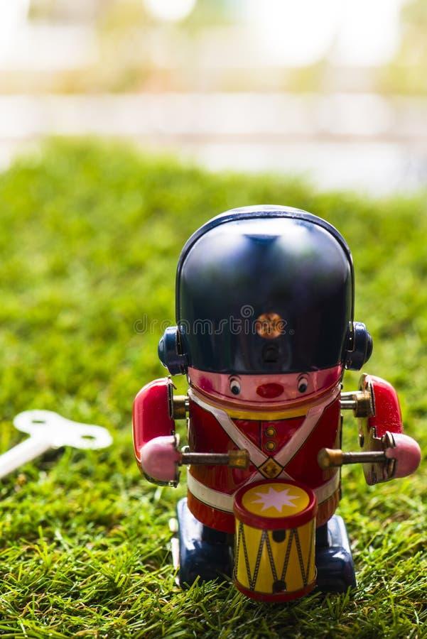 Baterista clássico do brinquedo da lata velha fotos de stock