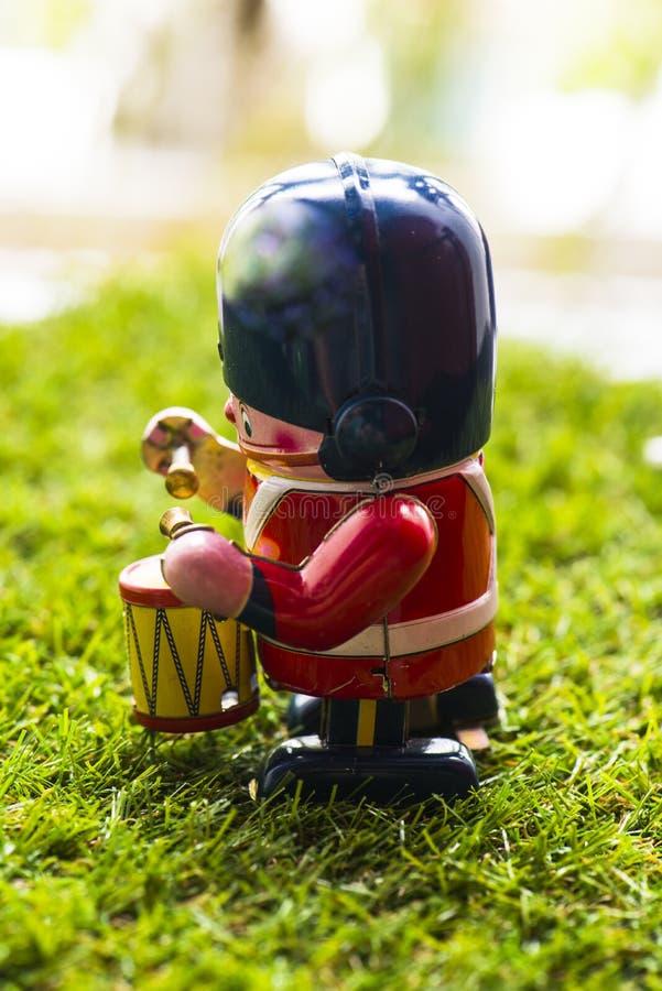 Baterista clássico do brinquedo da lata velha imagens de stock