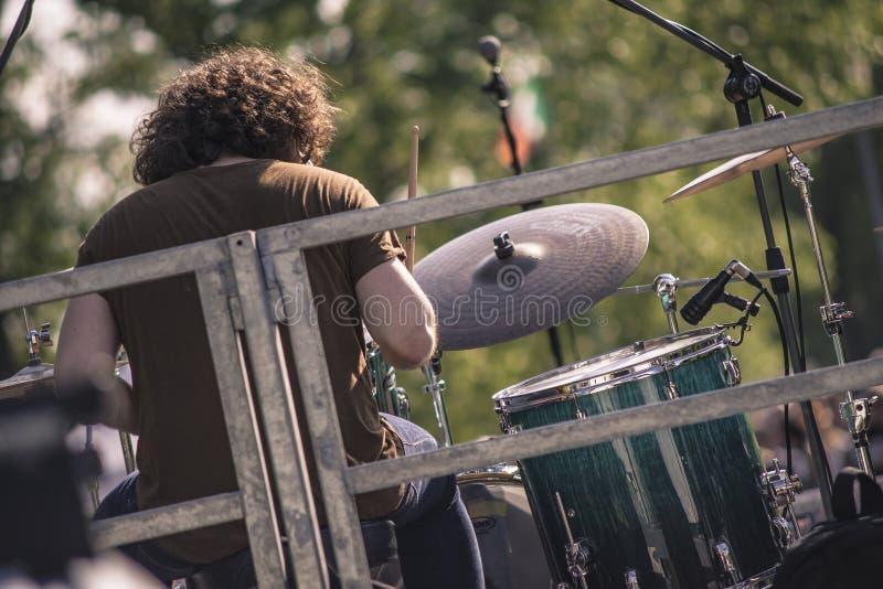 Baterista do ombro que joga em um concerto de rocha imagem de stock royalty free