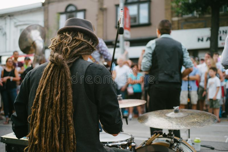 Baterista e faixa que executam a música ao vivo em uma rua imagens de stock