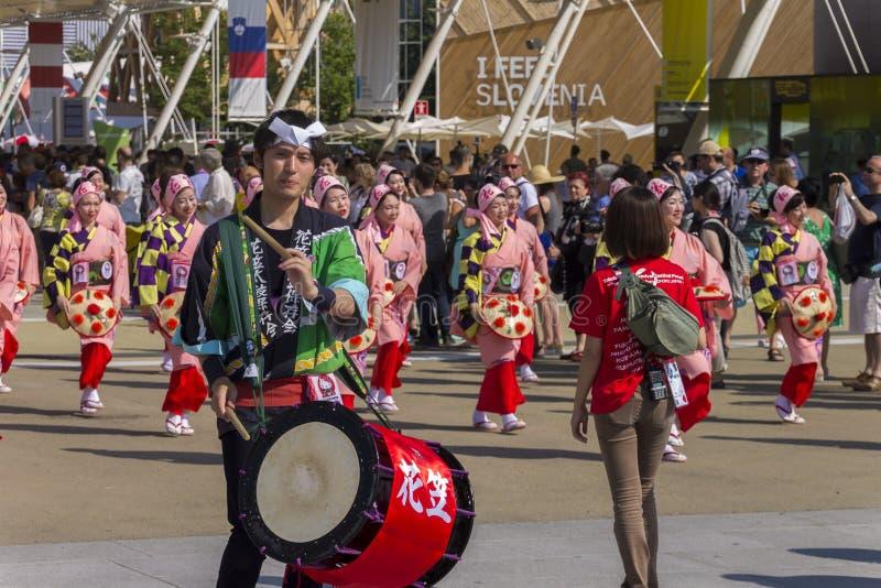 Baterista e músicos na parada tradicional japonesa na EXPO 2015 foto de stock royalty free