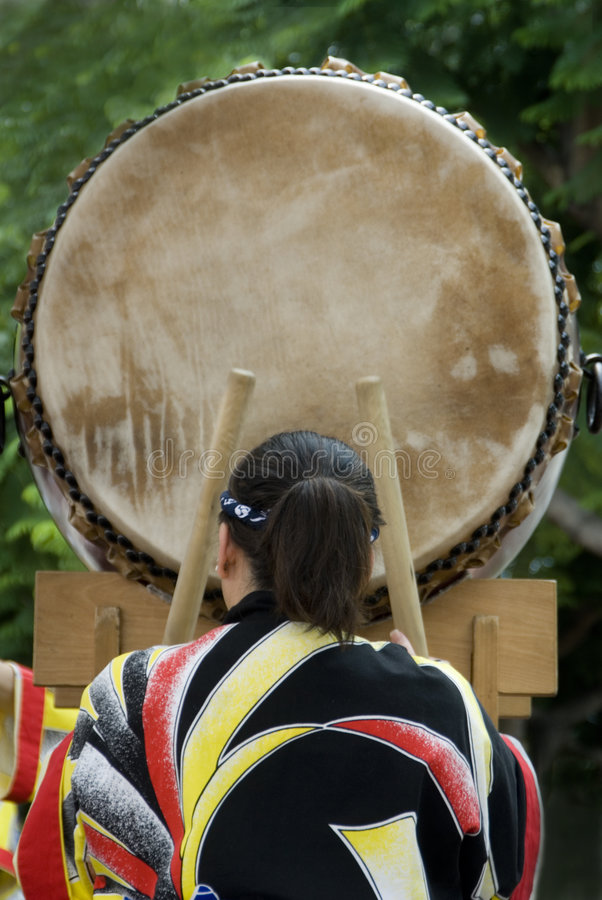 Baterista fêmea do taiko fotos de stock