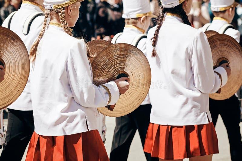 Baterista fêmea Ensemble em um vestido completo branco fotos de stock royalty free