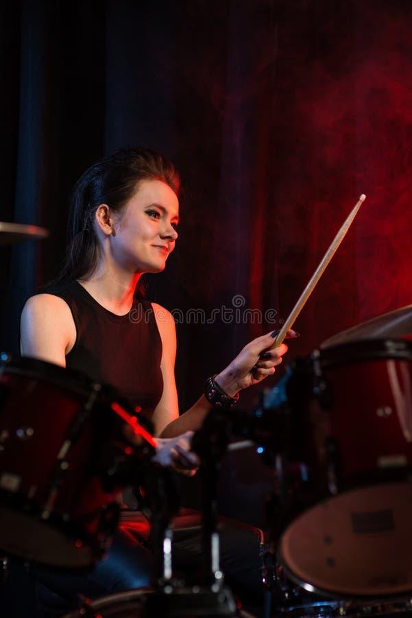 Baterista fêmea no concerto de rocha imagem de stock royalty free