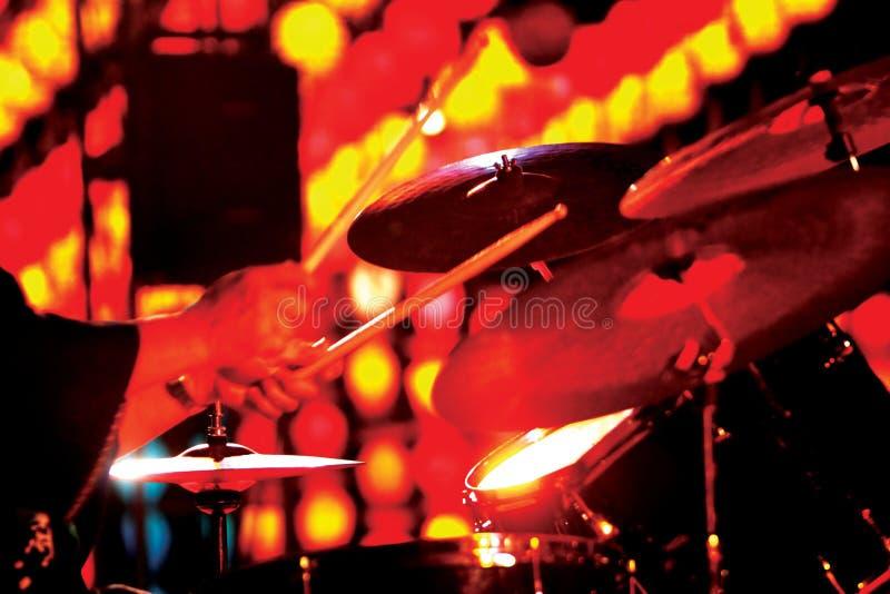 Baterista não identificado do jazz que joga o cilindro no festival de música, Chiang foto de stock royalty free