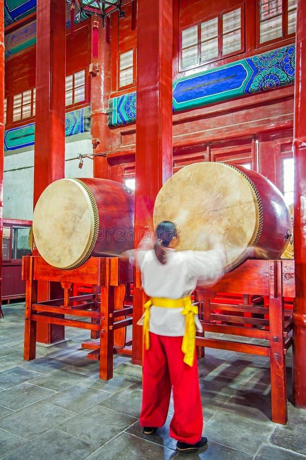 Baterista na torre do cilindro Pequim China no 28 de março de 2017 foto de stock