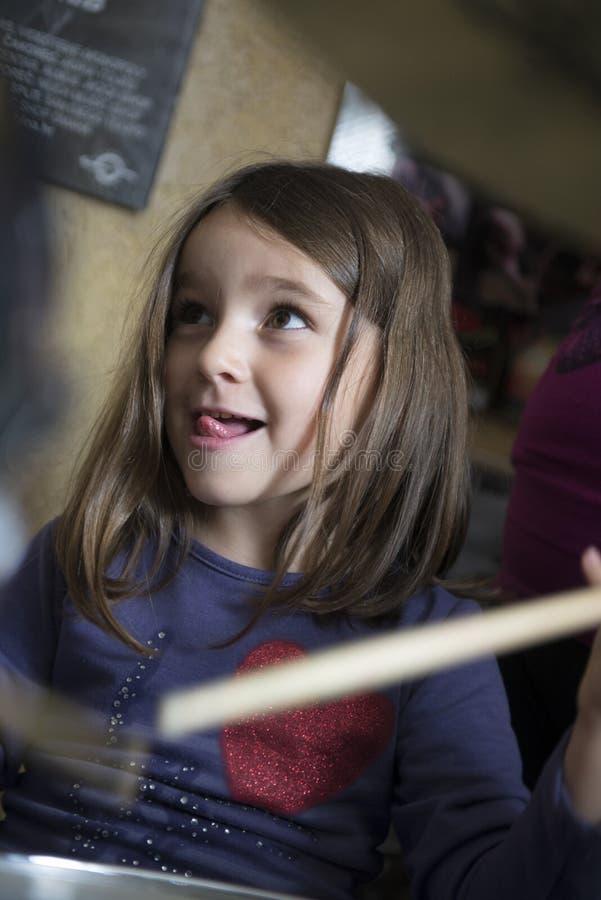 Baterista pequeno Girl foto de stock