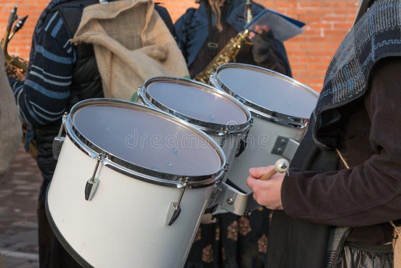 Baterista Playing Snare Drums na faixa no evento exterior fotografia de stock royalty free