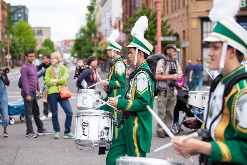 Bateristas em uniformes verdes no evento imagem de stock royalty free