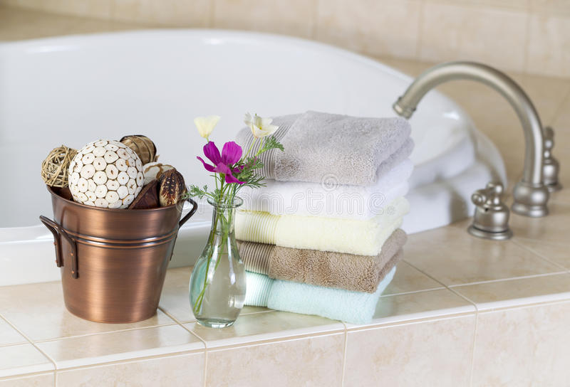 Bath avec des accessoires de station thermale photos stock