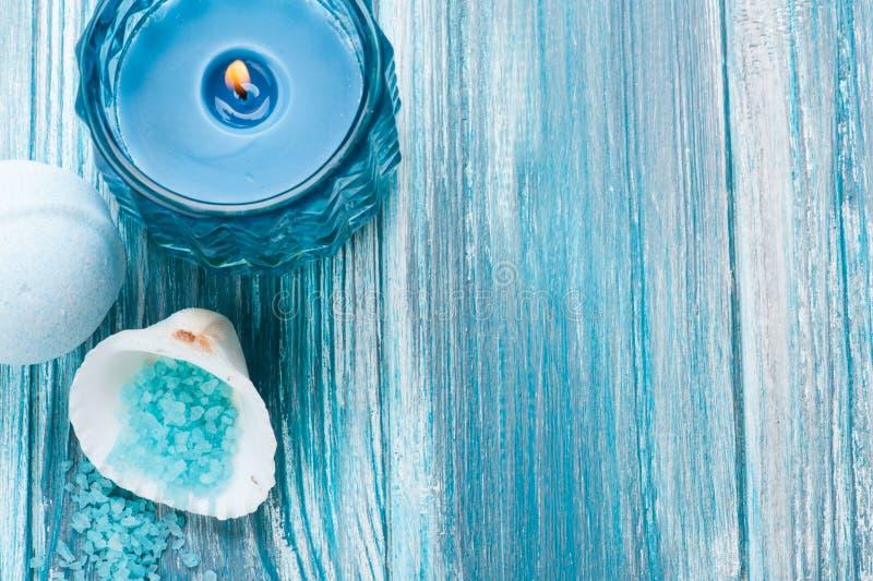 Bath bombarde le plan rapproché avec la bougie allumée par bleu images stock