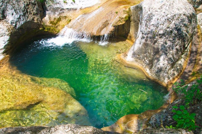 Bath de la jeunesse avec attirer l'eau transparente un jour chaud photos libres de droits