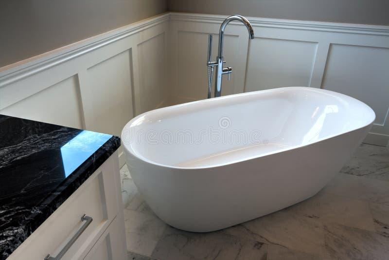 Bath principal de nouveau manoir à la maison moderne photo stock