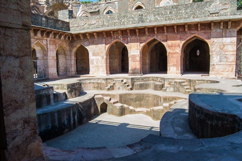 Bath royal antique ou Hamam dans le palais de bateau de Mandu Inde photos libres de droits