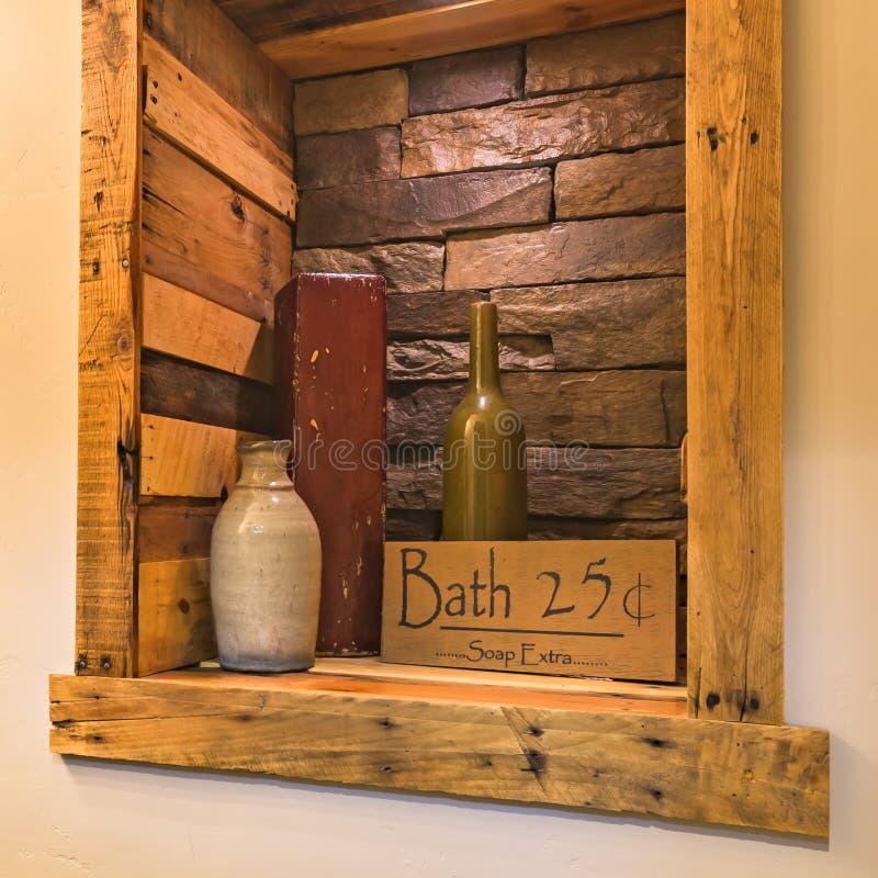 Bath se connectent une alcôve en bois et de mur de briques photographie stock libre de droits