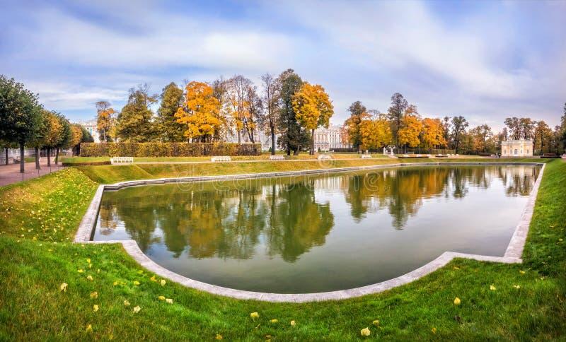 Bath supérieur et étang carré dans Tsarskoye Selo photos stock