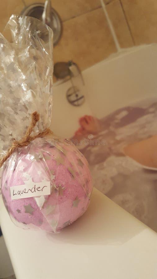 Bathbomb de la lavanda fotos de archivo