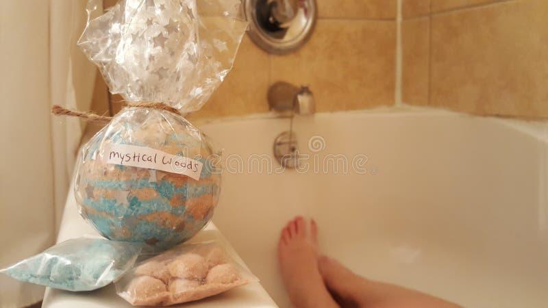 Bathbomb místico de maderas con las etiquetas del baño imagenes de archivo