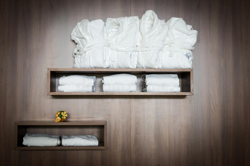 Bathrobes brancos e toalhas grampeados foto de stock