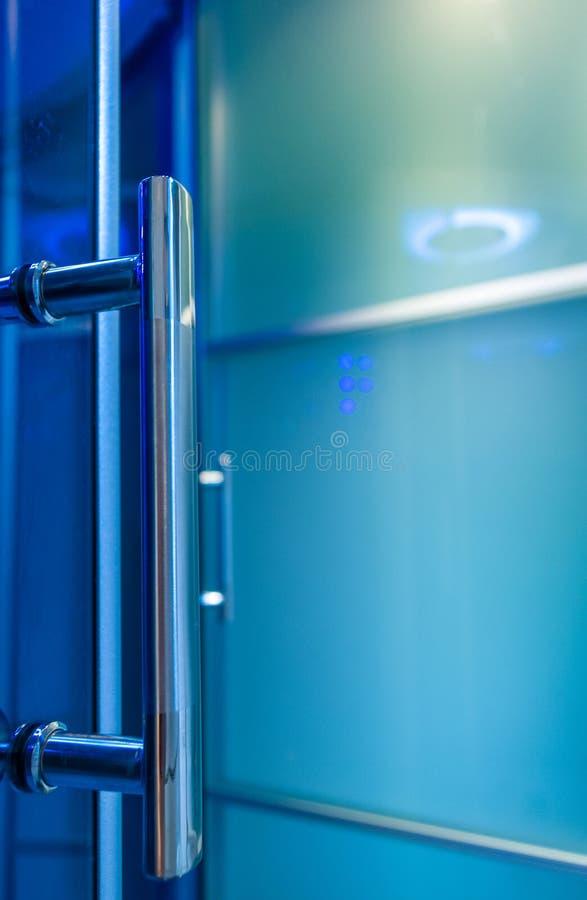 Элементы дизайна bathroom внутренн-современного, детали хрома, части кабины ливня стоковое фото rf
