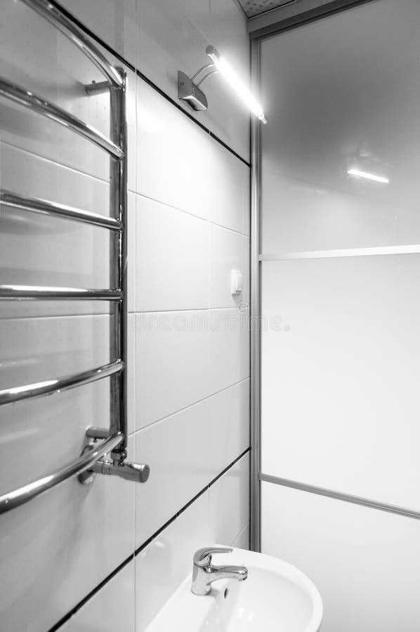 Элементы дизайна bathroom внутренн-современного, детали хрома, части кабины ливня стоковое фото