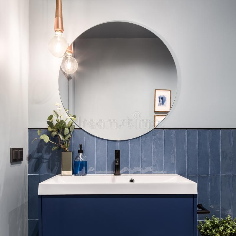Free Bathroom With Big Round Mirror Royalty Free Stock Photo - 153352995