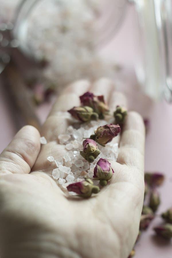 Bathsalt e rosas fotos de stock
