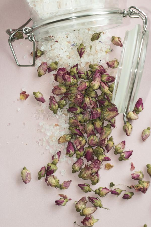 Bathsalt et roses image stock