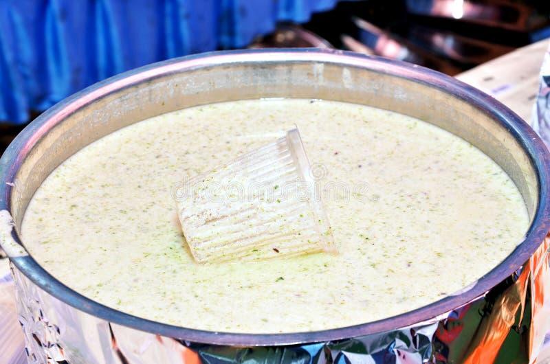 Bathua Raita, een gezond en verfrissend recept van Bathua Chenopodium Leaves & Curd, gematigd met milde specerijen royalty-vrije stock fotografie