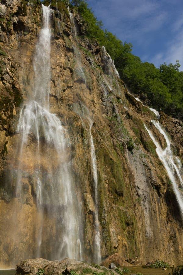 Batida de Veliki - a cachoeira a mais grande na nação dos lagos Plitvice foto de stock