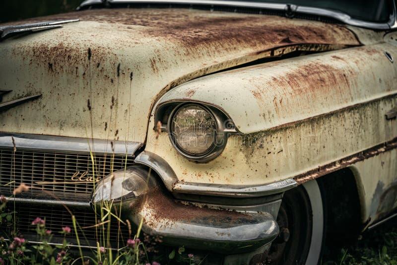 Batido acima e carro clássico abandonado dos anos 50 foto de stock
